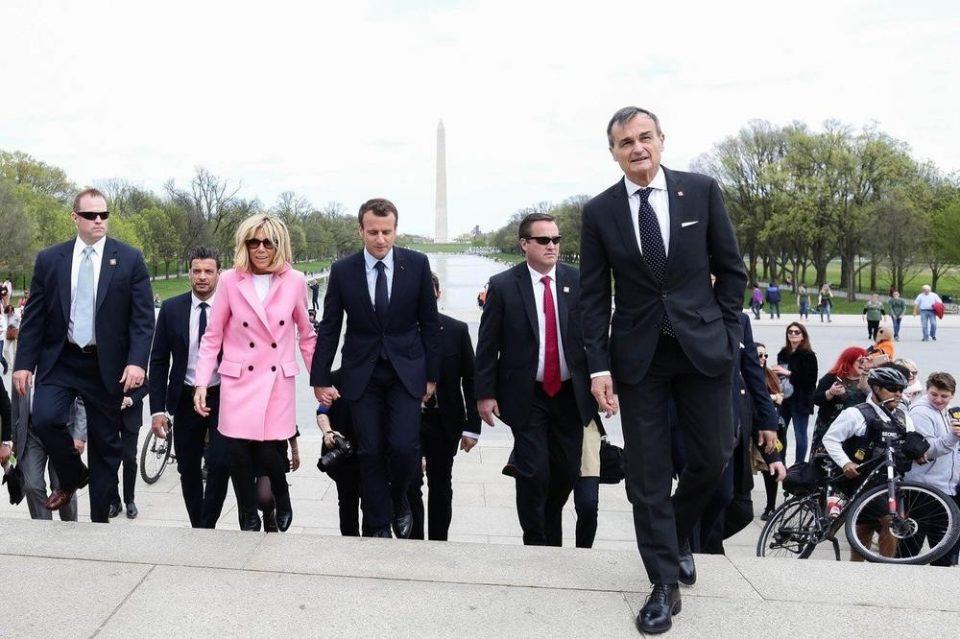 """""""Француски Рики Мартин"""": Секси телохранителот на Макрон го полуде светот (ФОТО)"""