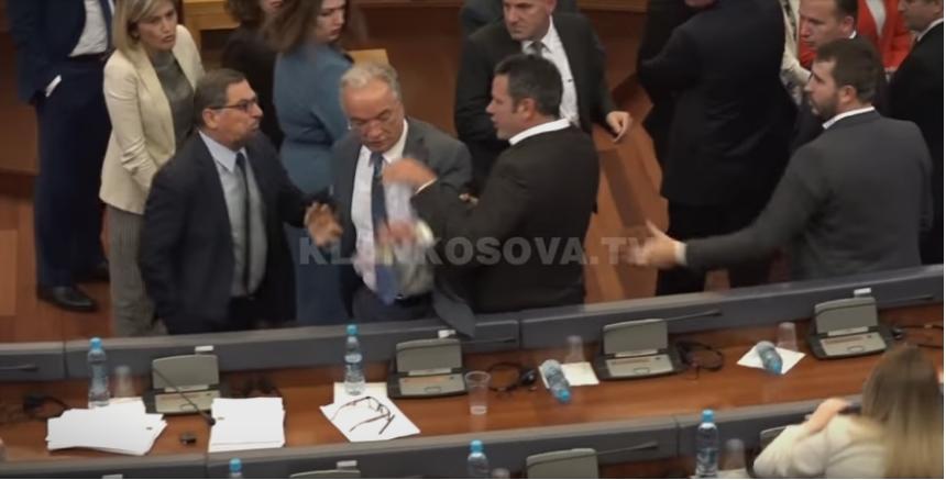 ВИДЕО: Тепачка во косовското Собрание
