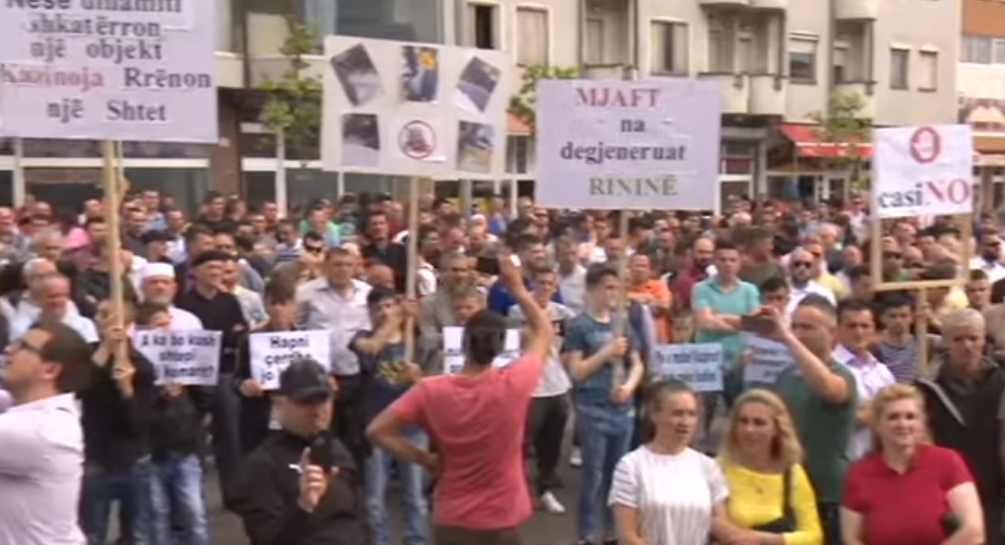 """""""Тетово не е Лас Вегас"""": Стотици демонстранти бараат дислокација на казината"""