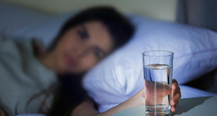 Никогаш веќе не оставајте чаша вода до креветот пред спиење- многу е опасно