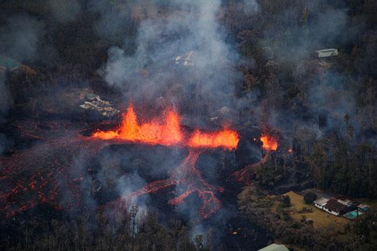 Хаваи: Вулканската лава во океанот создава гасови опасни по здравјето