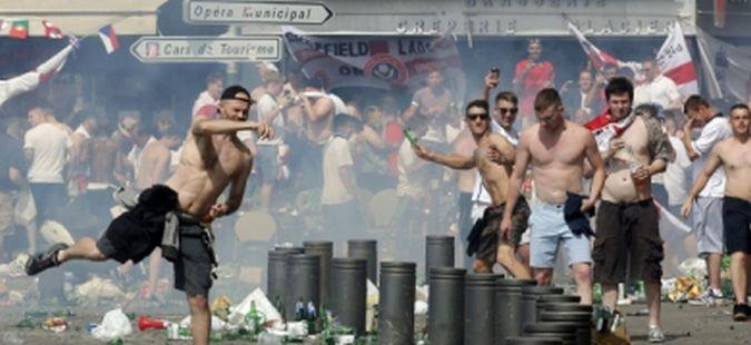 Над 1.300 британски навивачи останаа без пасоши, полицијата им ги одзема поради негативно минато