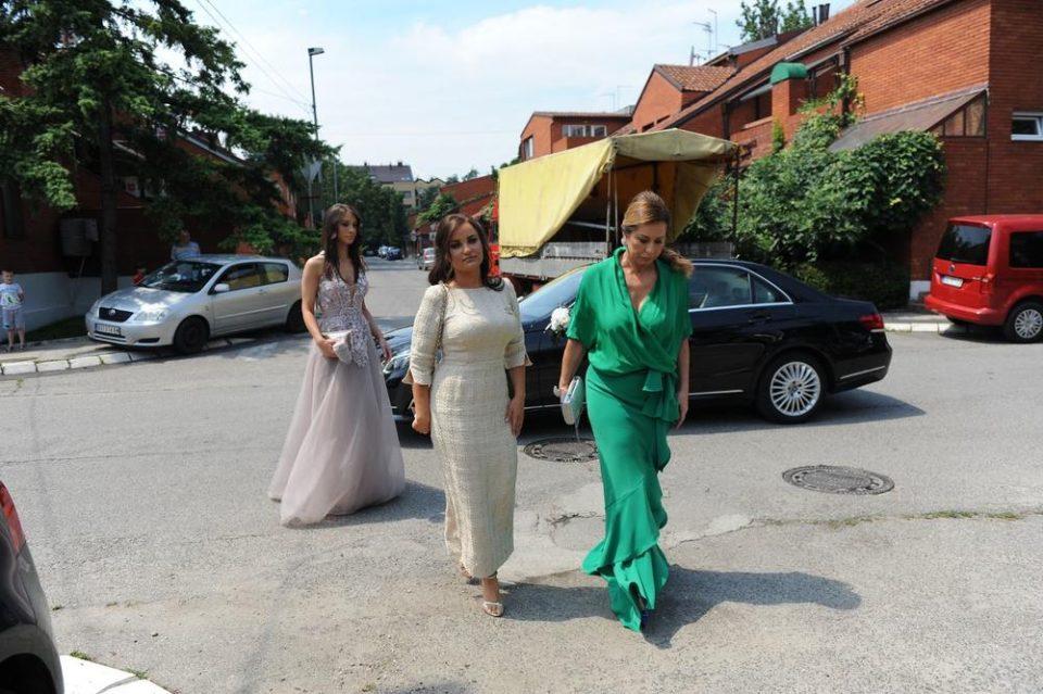 Пристигна жената која го роди: Мајката на Филип Живојиновиќ блесна во зелен фустан, а сите го коментираат овој детаљ (ФОТО)