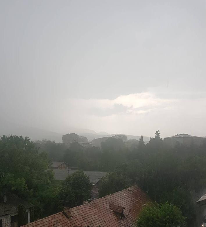 ФОТО: Скопје го зафатати пороен дожд и град