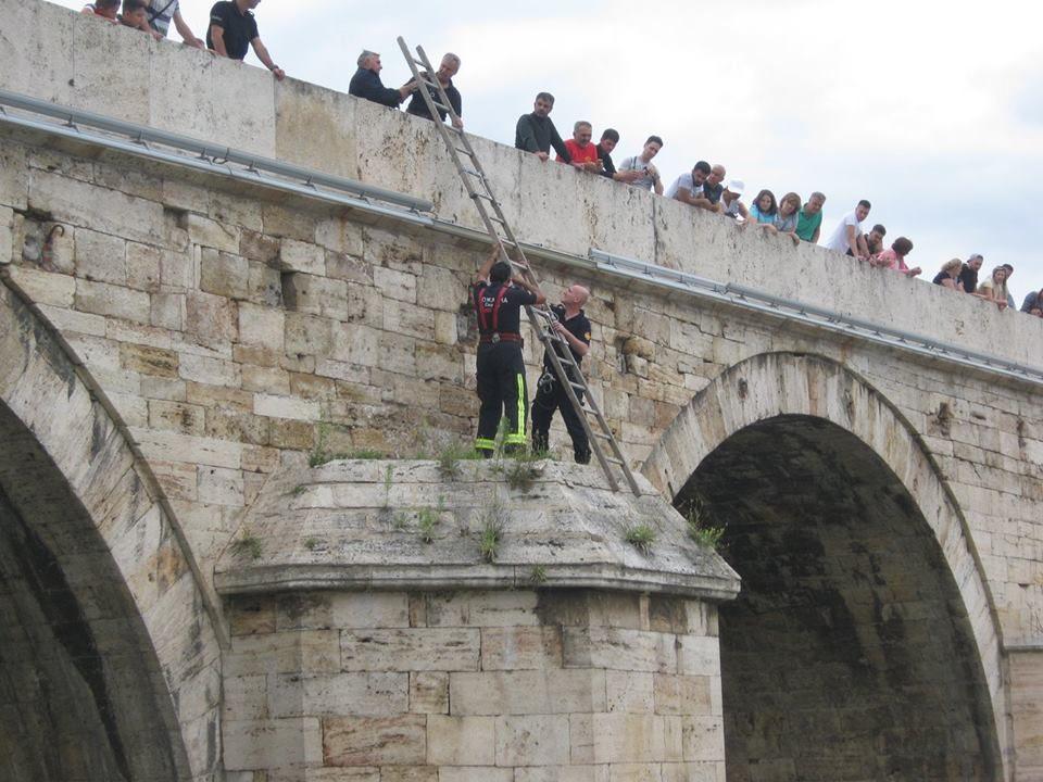 Ќе ви го стопли срцето: Овој потег на пожарникарите среде камениот мост предизвика бура од позитивни реакции (ФОТО)