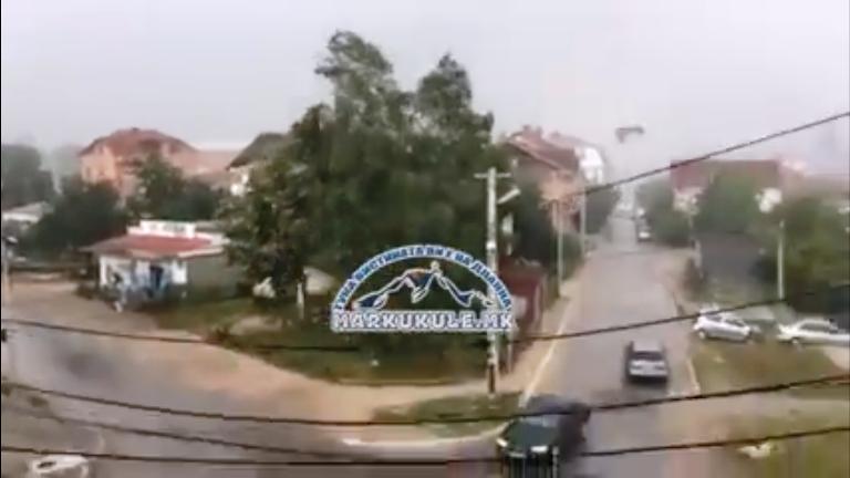ВИДЕО: Невреме во Кичево, летаат кровови од куќи