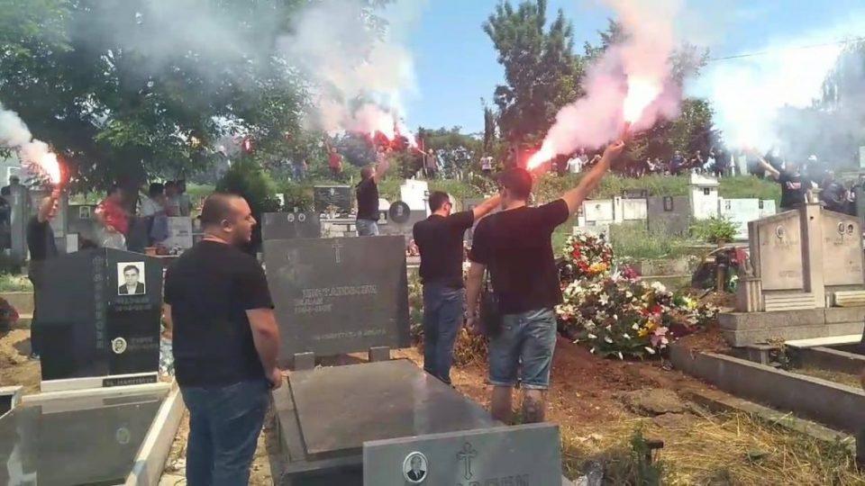 """ВИДЕО: Навивачите на """"Црвена Ѕвезда"""" се простија од прерано починатиот Драган Крстев"""