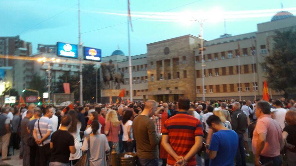 Полицијата приведе 10 лица на вчерашните протести во Скопје против промена на името
