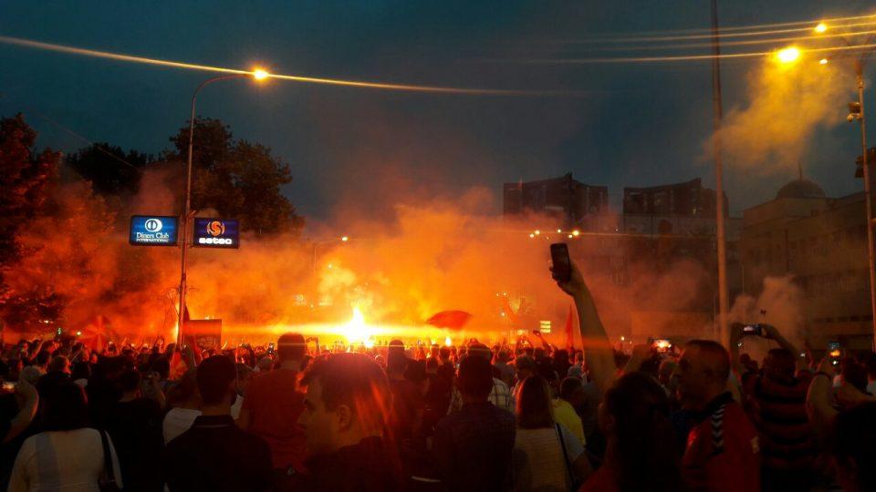 Започна протестот против промена на името: Граѓаните масовно се упатуваат кон Собранието (ФОТО)