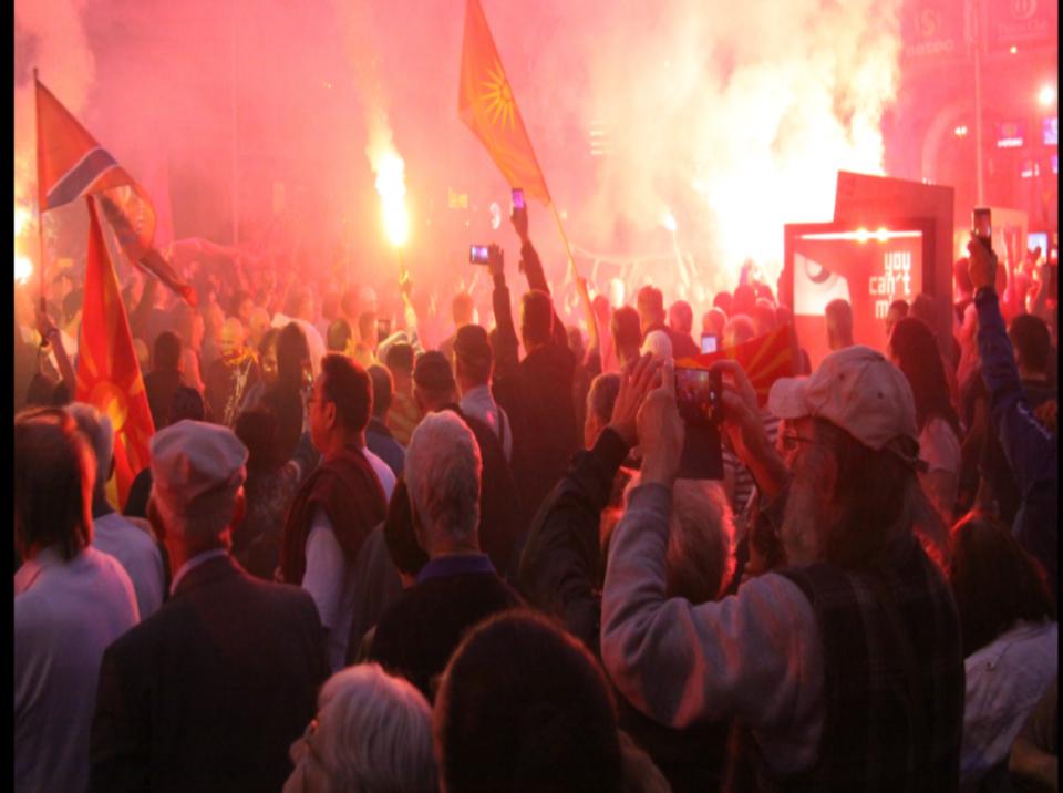 """""""Да го одбраниме уставното име на Република Македонија""""- заврши протестот пред Собранието"""