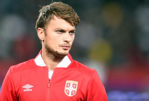 Додека српскиот репрезентативец игра на Мундијалот, неговата преубава девојка се бакнува со друг, но тоа не е се (ФОТО ГАЛЕРИЈА)
