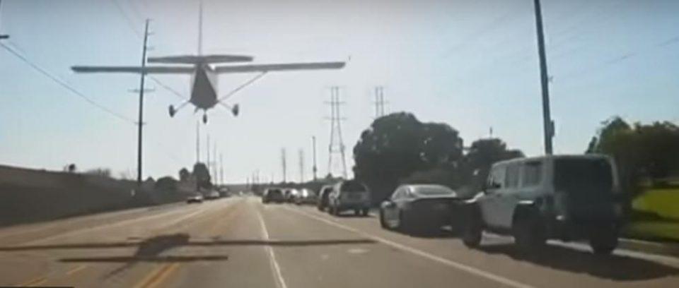 На авион му откажа моторот, па мораше да слета на улица: Пилотката успеа во невозможното (ВИДЕО)