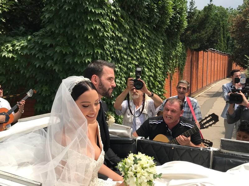 Како од бајките во кралска кочија: Александра Пријовиќ блесна во невестински фустан со длабоко деколте (ФОТО)