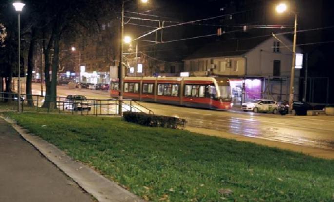 Драма во основно училиште во Белград: 12 годишно девојче ја исече раката до коска, итно префрлена во болница