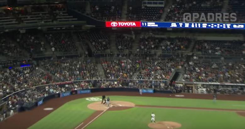 Навивачка стана хит на бејзбол меч: Го фати топчето со чаша, а потоа го испи пивото на екс (ВИДЕО)