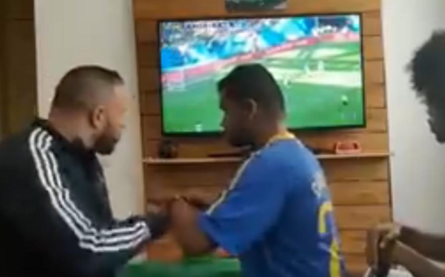 Човечност која крши срца: Глув и слеп си помагаат меѓусебно за да гледат фудбал (ВИДЕО)