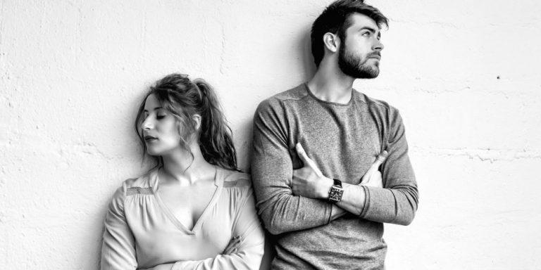 10 знаци дека мажот што ви се допаѓа ве гледа само како пријателка