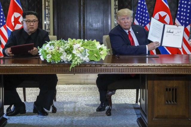 ФОТО: Трамп и Ким го покажаа документот, еве што пишува таму