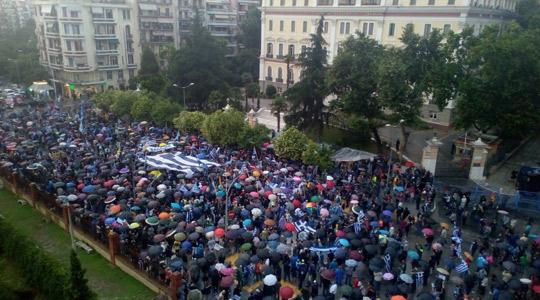 Под дожд вчерашниот протест во Солун против Договорот со Македонија