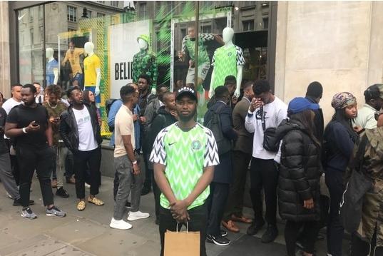 Дресот на Нигерија распродаден за 15 минути