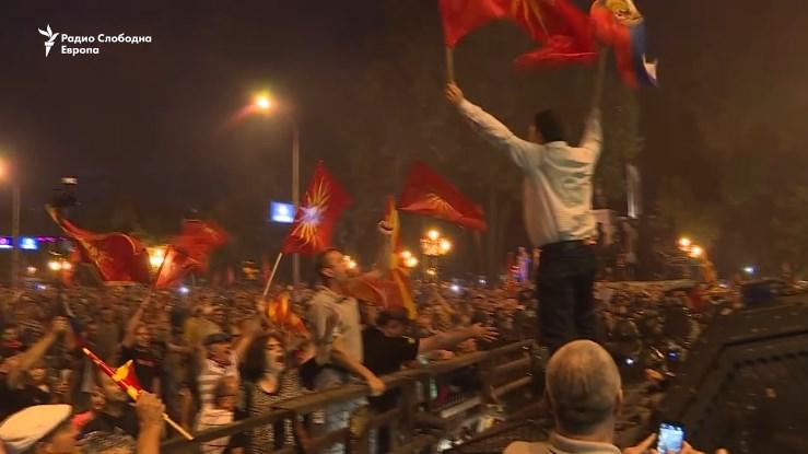 Дали СДСМ имаше уфрлени инсталации на протестот пред Собранието?