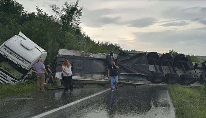 ФОТО: Се преврте шлепер кај Росоман, сообраќајот во прекин