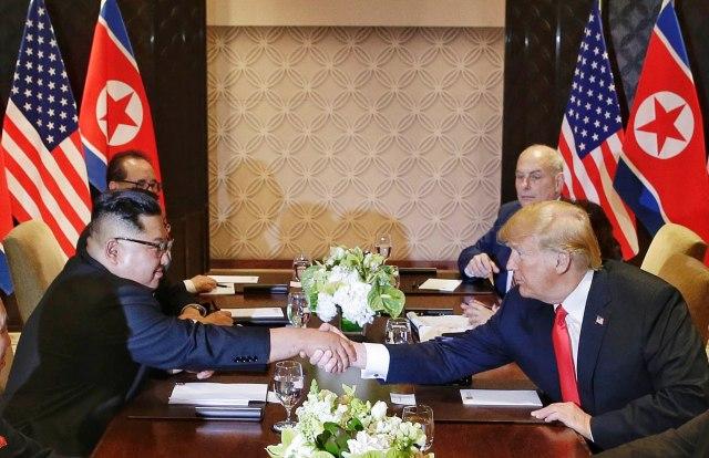 Реакции за самитот Трамп-Ким: Пофалби кон двајцата лидери доаѓаат од сите страни