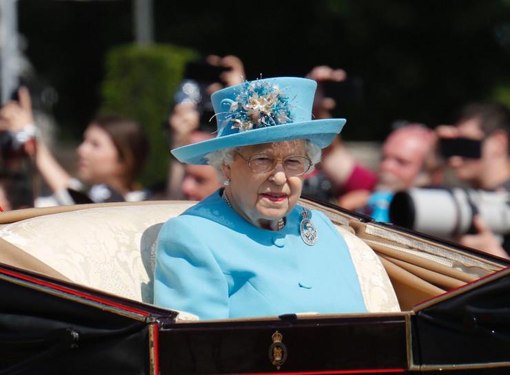 Кралицата Елизабета го напушти домот, глувци ја нападнаа палатата