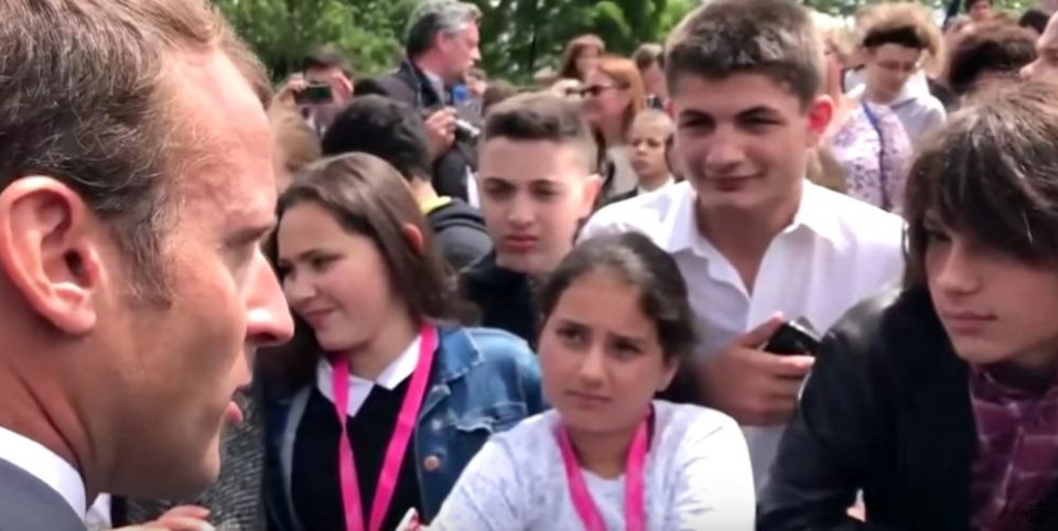 Претседателот на Франција го загуби трпението: Дете го нарече по неговиот надимак, а Макрон почна да му вика (ВИДЕО)