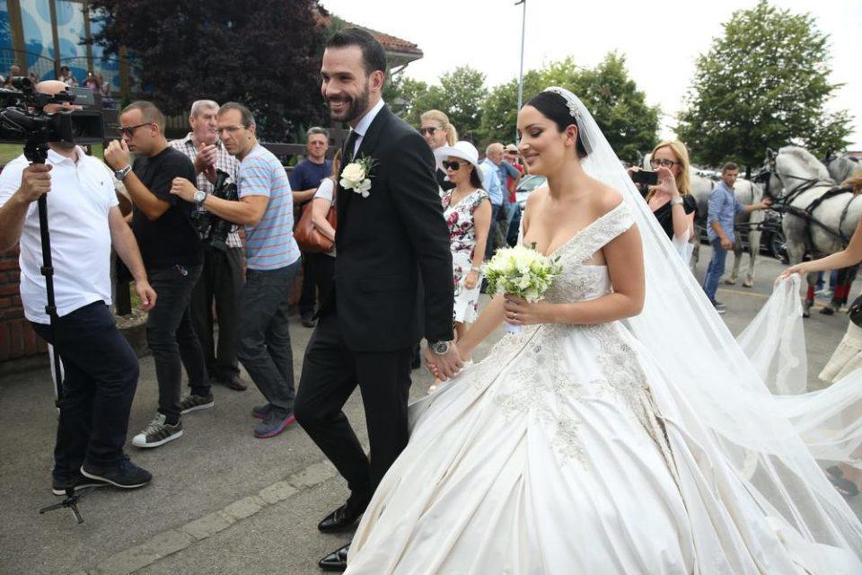 Сите се прашуваат зошто се венчаа во четврток, еве зошто младенците се одлучија баш за овој ден
