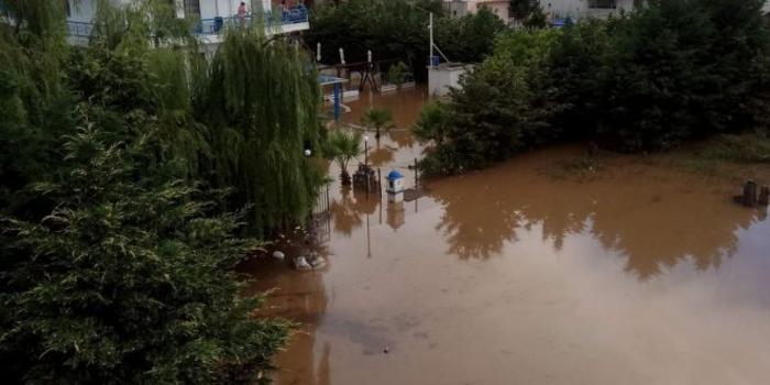 Македонец објави снимка од Неа Врасна: Невремето направи езеро од ова туристички место (ВИДЕО)