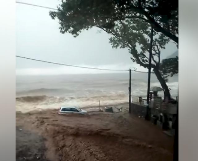 ВИДЕО: Невреме во Грција, поплавени плажи и улици