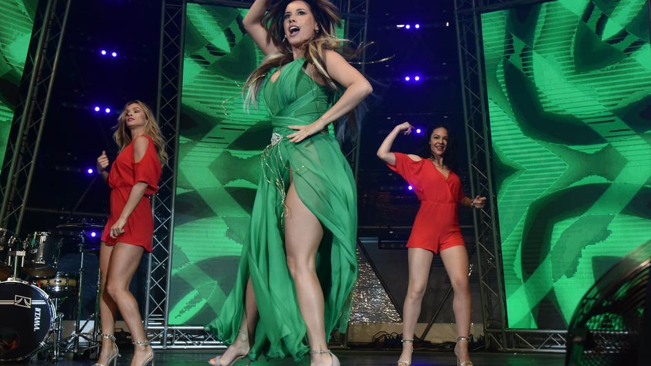 Таа заборави нешто: Провокативната Нивес Целзијус без гаќички се појави на сцената (ФОТО ГАЛЕРИЈА)