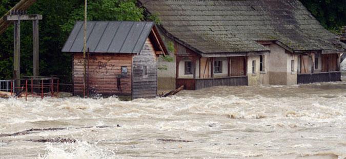 Големи поплави ја зафатија Романија, едно лице загина