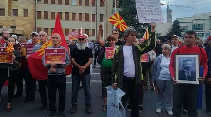 """Граѓаните пред Собранието порачаа """"Никогаш Северна, секогаш Македонија"""""""