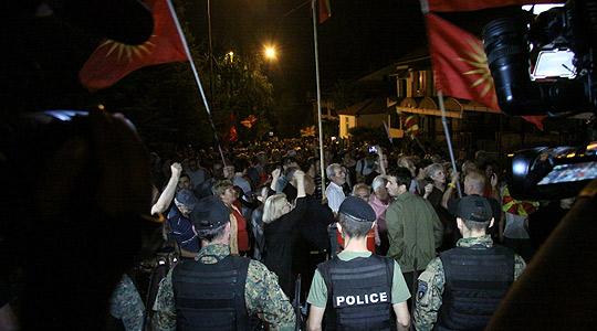 Протести против промена на името пред Собранието, протестирачите му дадоа поддршка на Иванов