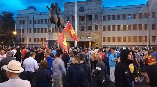 И вечерва граѓани пред Собрание: Протестите ќе продолжат се додека не се повлече договорот