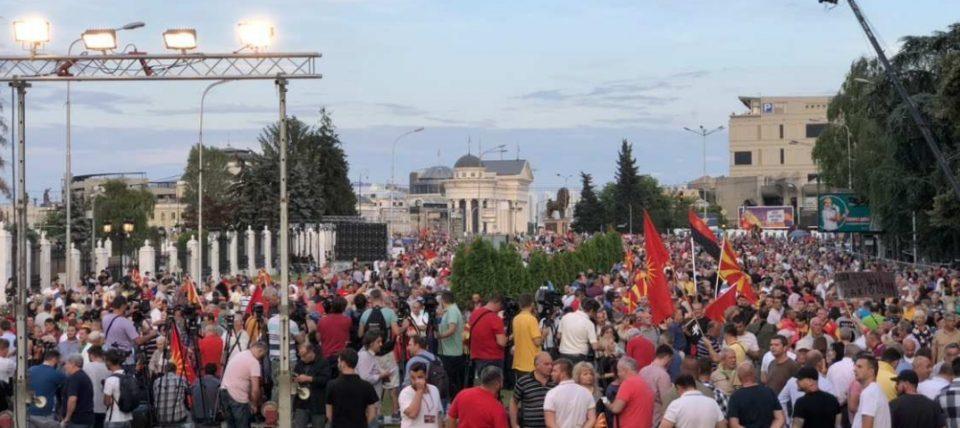 Голем број луѓе веќе се пред Влада- граѓаните масовно го искажуваат незадоволството од работата на Владата на Заев (ФОТО ГАЛЕРИЈА)