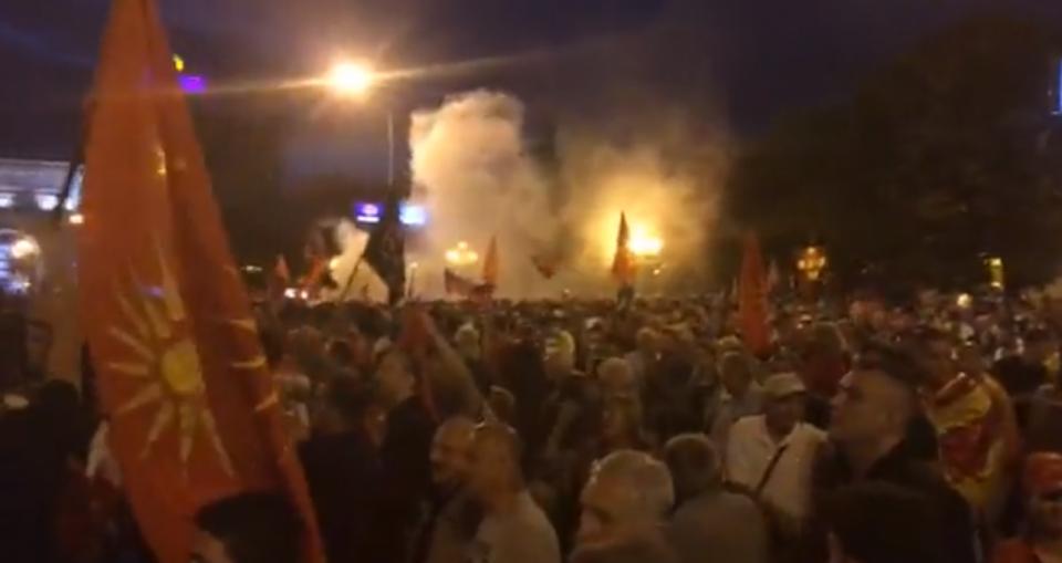 Демонстрантите се жалат на проблеми со дишењето откако власта употреби солзавец
