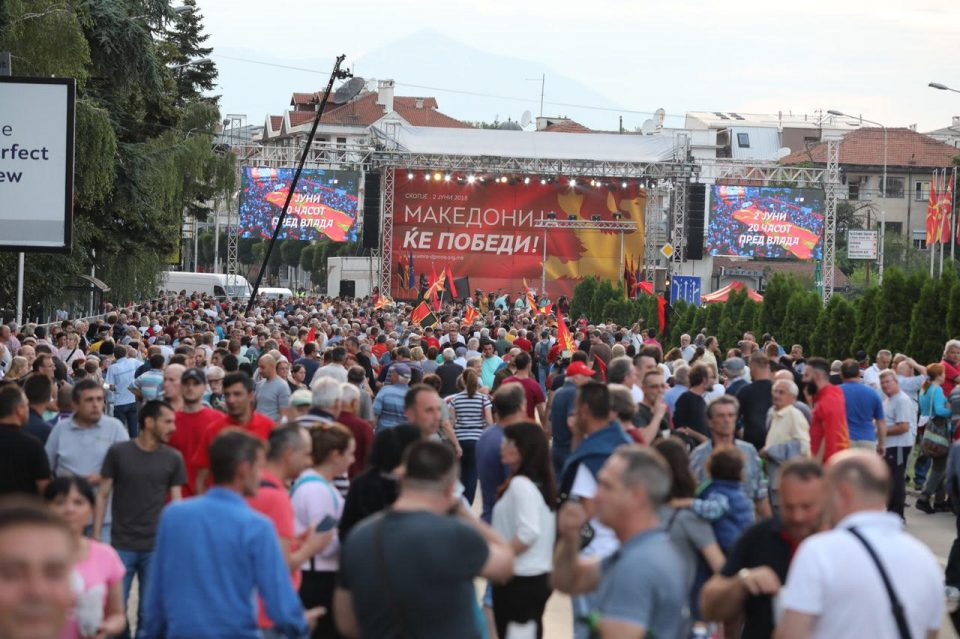 ФОТО ГАЛЕРИЈА: Преполно пред Влада- народот масовно го изразува незадоволството од СДСМ и Заев
