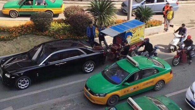 ФОТО: Сиромашен возач удри во скапоцен автомобил, а неговата реакција по ударот ги расплака и најсилните