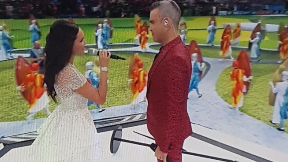 Целиот фудбалски свет во шок: Роби Вилијамс го отвори Светското првенство, па со среден прст ги шокираше фановите (ФОТО+ВИДЕО)
