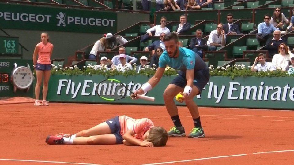 """Се струполи на земјата- тенисерот го """"нокаутираше"""" собирачот на топки (ВИДЕО)"""