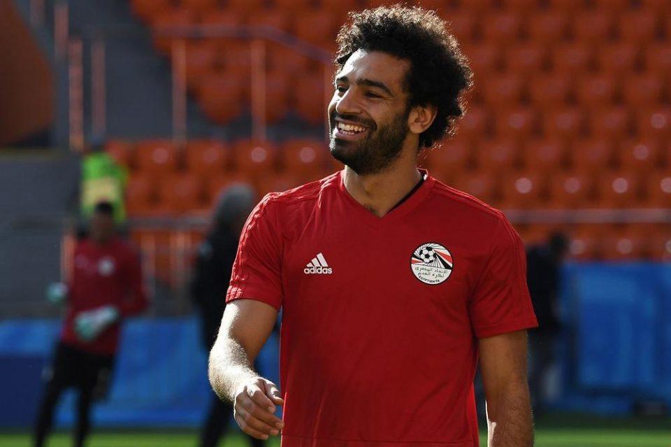 ШОК ВО ЕГИПЕТ: Бесните навивачи го опколија домот на Салах, ѕвездата на Ливерпул изненадувачки излезе, а потоа… (ФОТО)