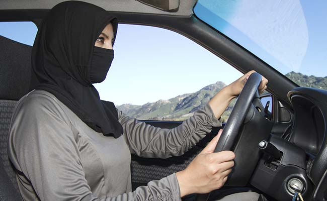 Издадени првите возачки дозволи за жени во Саудиска Арабија