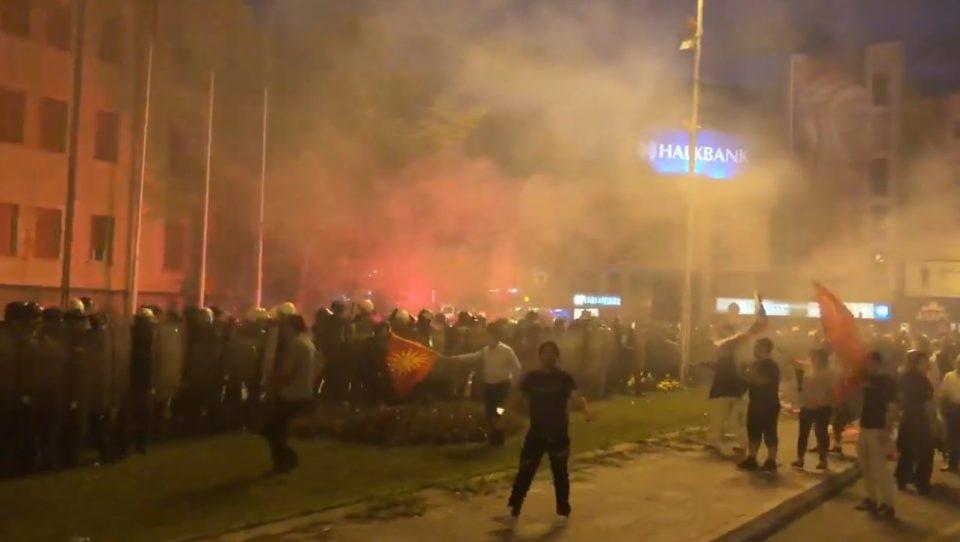 ВИДЕО: Тензично пред Собранието, Комитите го пробија кордонот