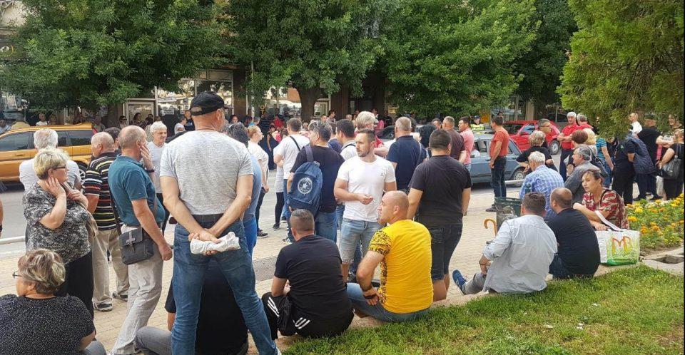 Велешани тргнаа кон Скопје на протест да го искажат своето незадоволство од владеењето на СДСМ  (Фото)