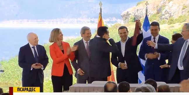 ФОТО: Освен името, Ципрас ја зеде и вратоврската на Заев за трофеј