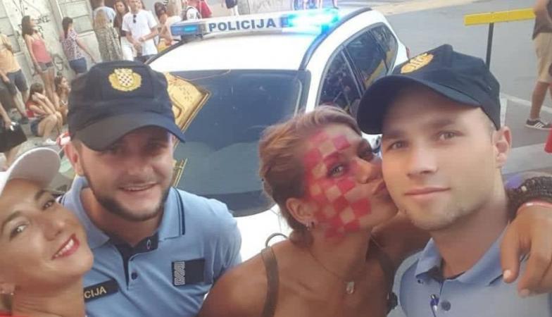 Скапо ќе го платат меракот: Хрватски полицајци понесени од атмосферата се фотографираа со топлес навивачки (ФОТО)