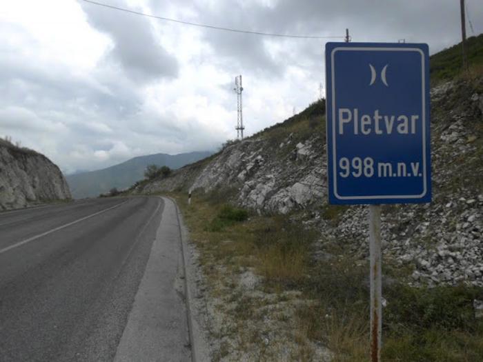 Мермерна плоча од 20 тони падна кај Плетвар, сообраќајот по една лента